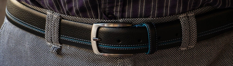 Cintura nera con inserto azzurro e cuciture